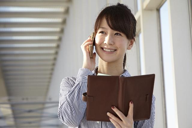 女性が電話をしている風景