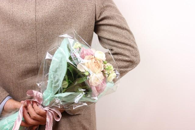 男性が花束をプレゼント