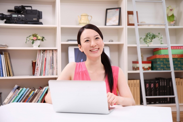 女性がパソコンを使っている写真