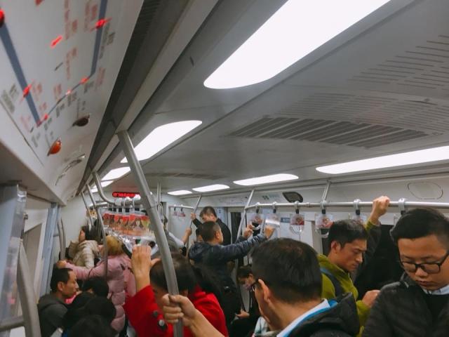 北京の地下鉄2番線の様子