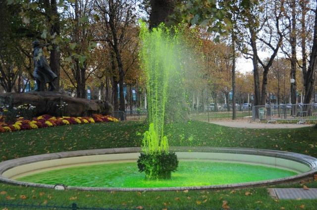 シャンゼリゼ通りの緑の噴水