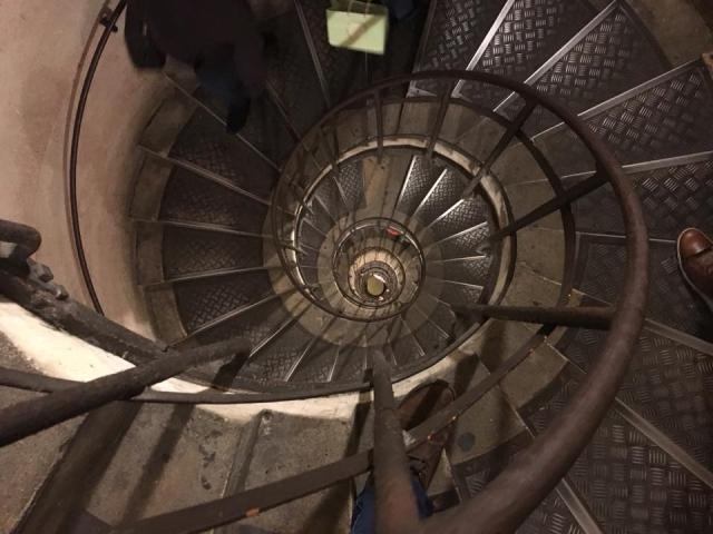 凱旋門展望台への螺旋階段