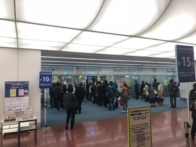 早朝の羽田空港の保安検査場