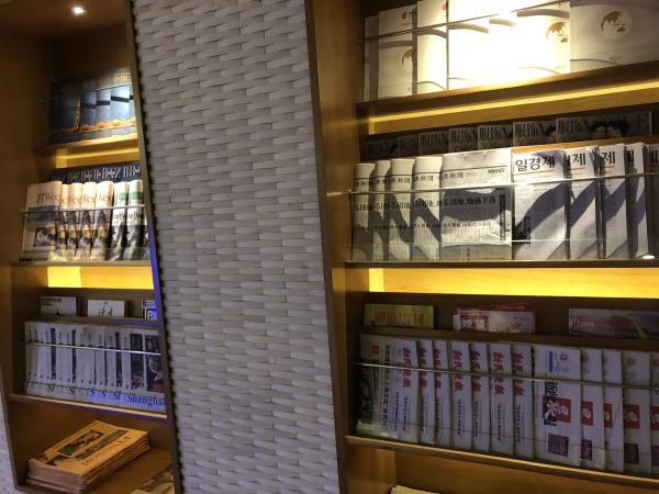 上海中国国際航空ラウンジの新聞